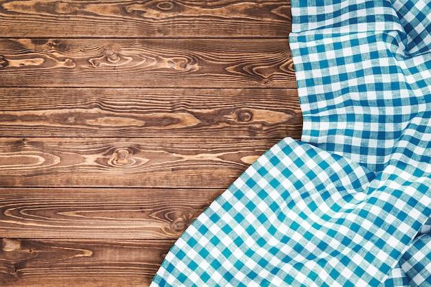 Blaue karierte tischdecke auf holztisch Premium Fotos
