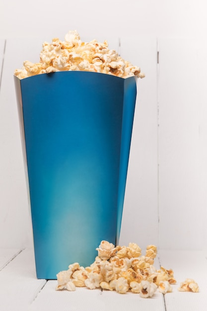 Blaue kiste voll süßes und leckeres popcorn Premium Fotos