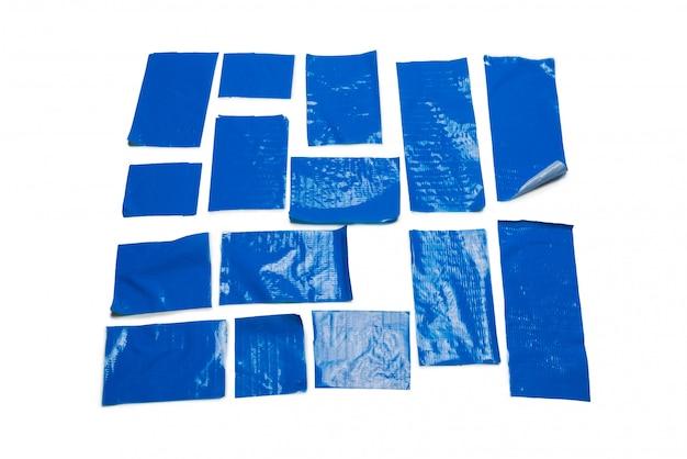 Blaue klebebandstücke lokalisiert auf weiß. Premium Fotos