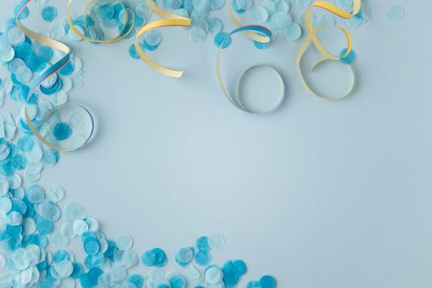 Blaue konfetti und bänder des karnevalspapiers kopieren platz Kostenlose Fotos