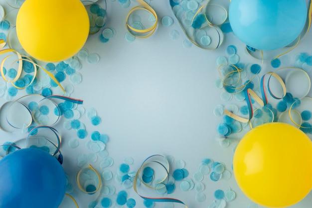 Blaue konfetti und luftballons aus karnevalspapier Kostenlose Fotos