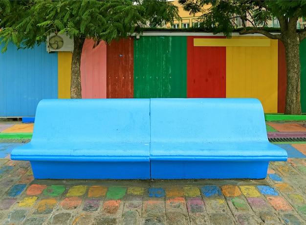 Blaue konkrete bank vor bunter hölzerner wand an der la boca-nachbarschaft, buenos aires, argentinien Premium Fotos