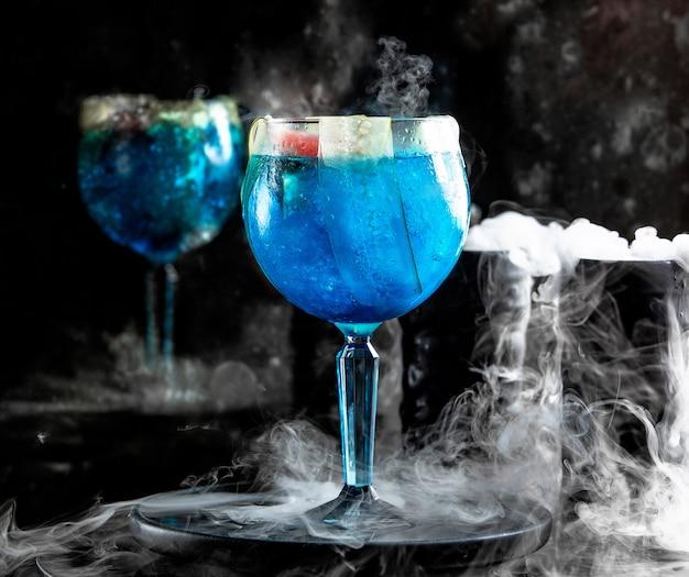 Blaue lagune mit gurke Kostenlose Fotos