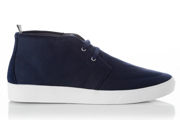 Blaue modemännerschuhe mit dem seitenansichtprofil lokalisiert auf weiß Premium Fotos