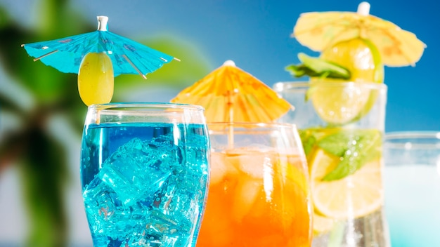 Blaue orangensaftgetränke mit geschnittener limettenminze in gläsern Kostenlose Fotos