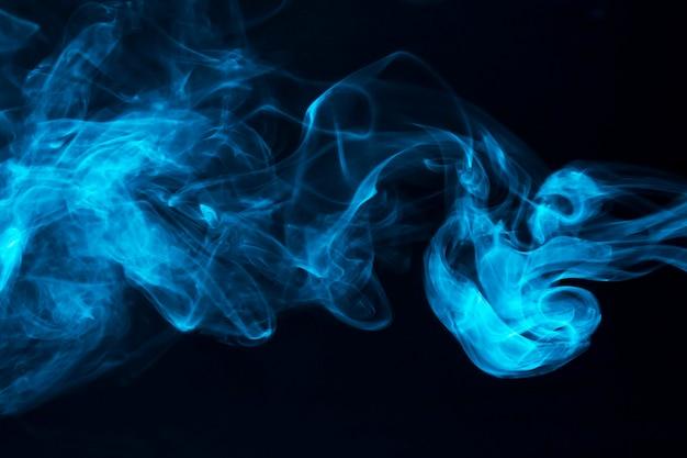 Blaue rauchwellen auf schwarzem hintergrund Kostenlose Fotos