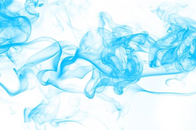 Blaue rauchzusammenfassung auf weißem hintergrund. tintenwasser auf weiß Premium Fotos