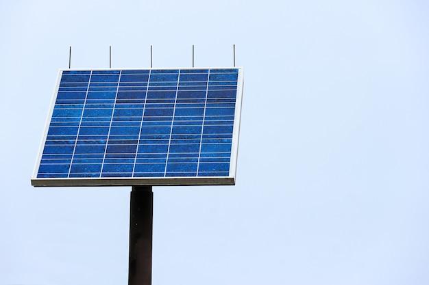 Blaue sonnenkollektoren (solarzelle) mit beschneidungspfad Premium Fotos