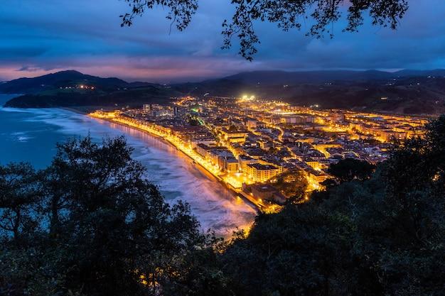Blaue stunde über zarautz, baskenland. Premium Fotos