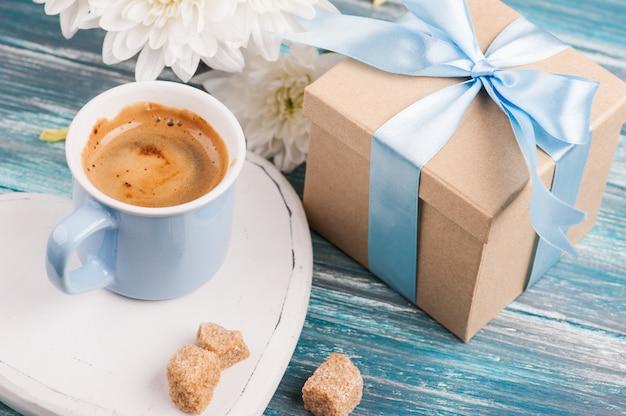 Blaue tasse schwarzen kaffee Premium Fotos
