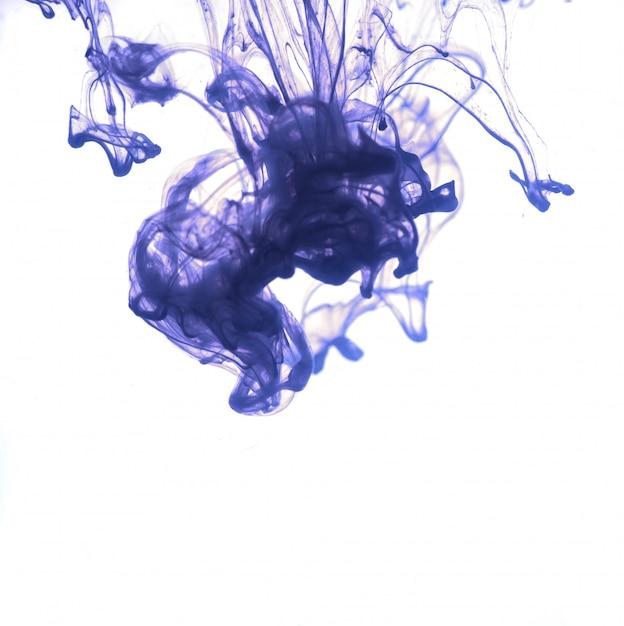 Blaue tinte fiel ins wasser. Premium Fotos