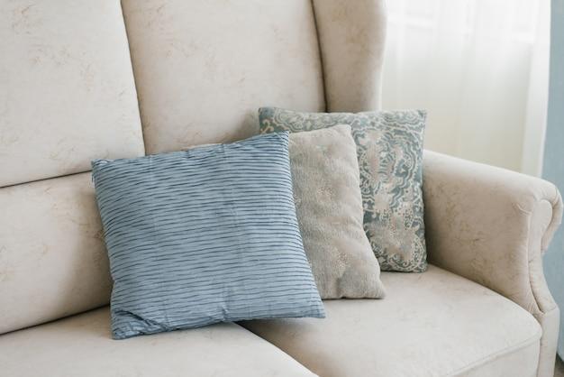 Blaue und graue kissen auf dem sofa im wohnzimmer Premium Fotos