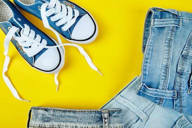 Blaue weibliche oder männliche turnschuhe und jeans, Premium Fotos