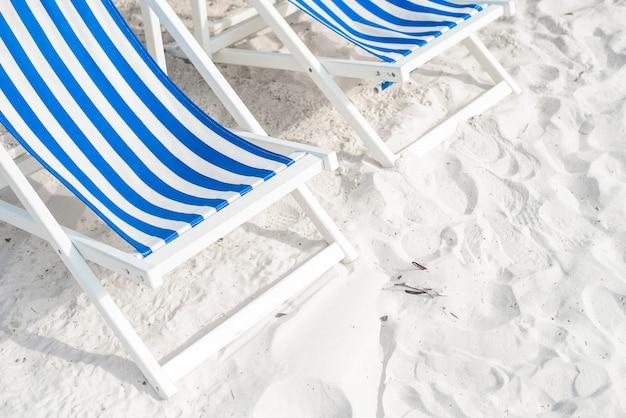 Blauer aufenthaltsraum auf dem strand, sommerkonzept Premium Fotos