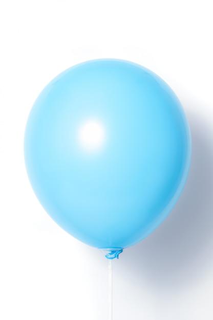 Blauer ballon auf weißem hintergrund mit schatten. seitenblendung. Premium Fotos