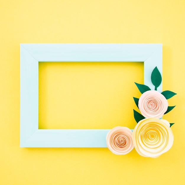Blauer blumenrahmen der flachen lage auf gelbem hintergrund Kostenlose Fotos