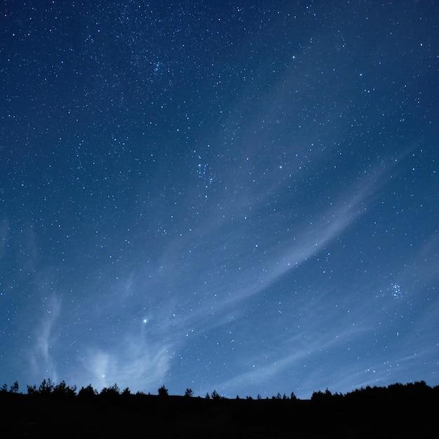 Blauer dunkler nächtlicher himmel mit hintergrund vieler sterne Premium Fotos