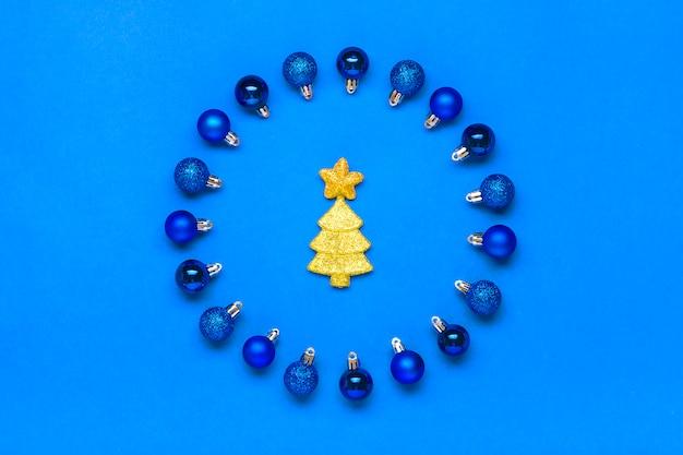 Blauer flitter in form der runde, des baums und des sternes verziert mit goldenem sequin auf klassischem blauem hintergrund farbe von jahr 2020 frohe weihnachten, kreatives konzept des guten rutsch ins neue jahr ebenenlage Premium Fotos