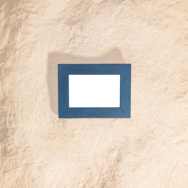 Blauer fotorahmen auf strand Kostenlose Fotos