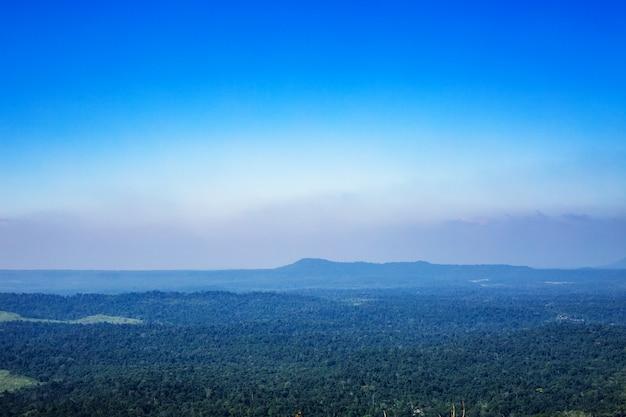 Blauer himmel mit gebirgshintergrund in thailand Premium Fotos