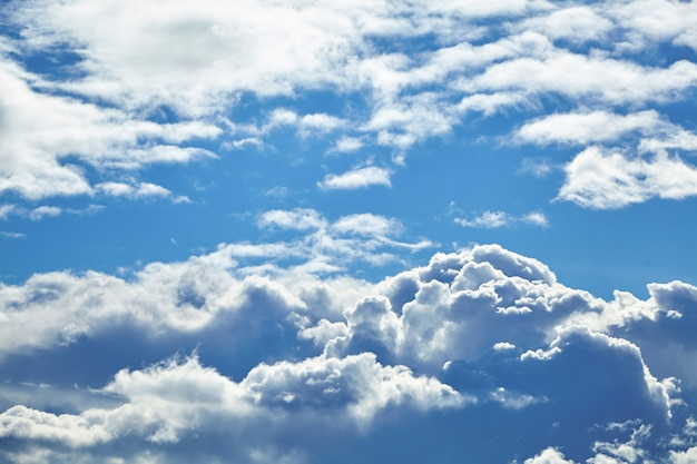 Blauer himmel mit großen weißen wolken Premium Fotos