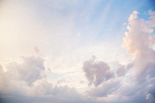 Blauer himmel mit großen wolken Premium Fotos