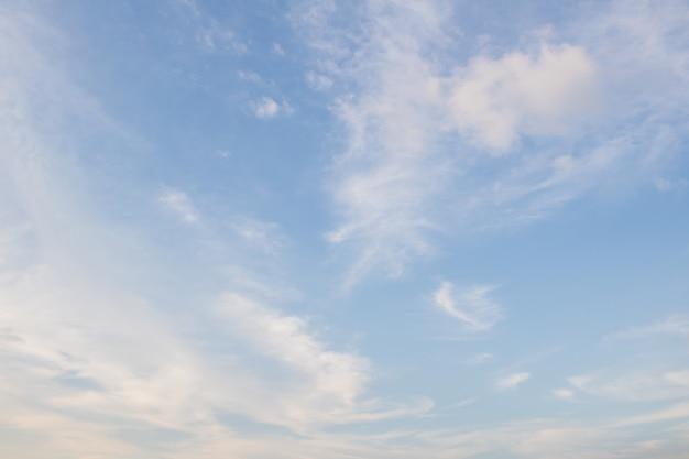 Blauer himmel mit wolke. clearing day und gutes wetter am abend Premium Fotos
