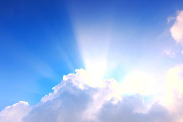 Blauer himmel mit wolken und sonnenlicht Premium Fotos