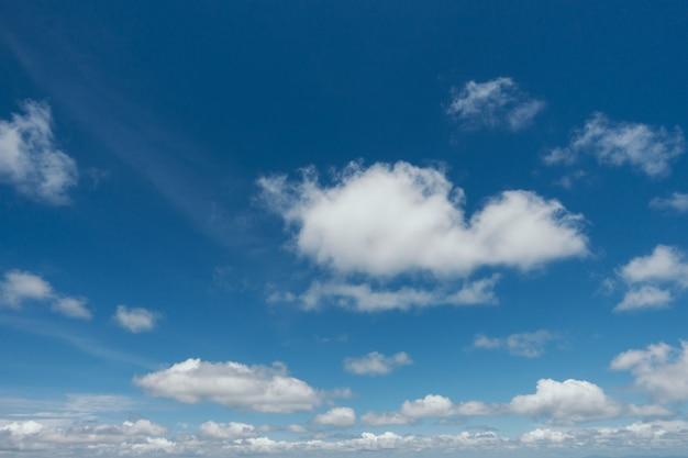 Blauer himmel mit wolkenhintergrund. Kostenlose Fotos