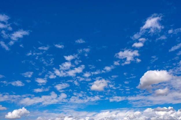 Blauer himmel mit wolkennahaufnahme Premium Fotos