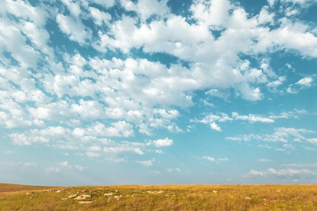 Blauer himmel und schöne wolke. normaler landschaftshintergrund Premium Fotos