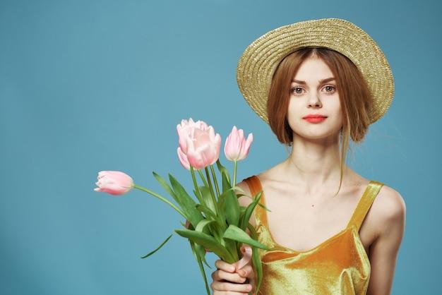 Blauer hintergrund der schönen frau des eleganten stils des schönen lebensstils der schönen frau blüht. Premium Fotos