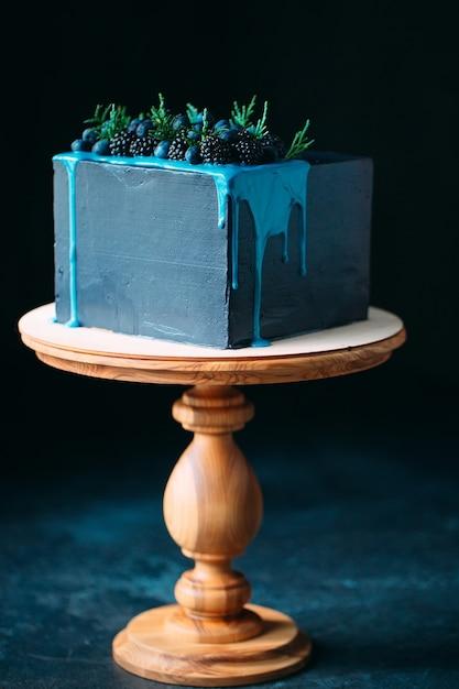 Blauer kuchen verziert mit brombeeren und blaubeeren. Premium Fotos