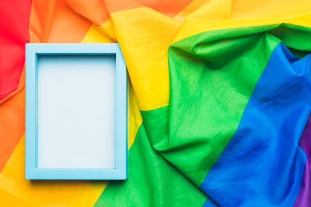 Blauer leerer rahmen auf zerknitterter lgbt-flagge Kostenlose Fotos