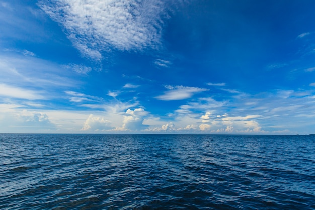 Blauer ozean und himmel Premium Fotos