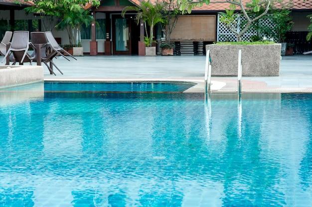Blauer pool bereit für alle, die gerne mit textfreiraum spielen. Premium Fotos