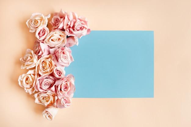 Blauer rahmen mit schönen rosen herum. kostenloses foto Kostenlose Fotos