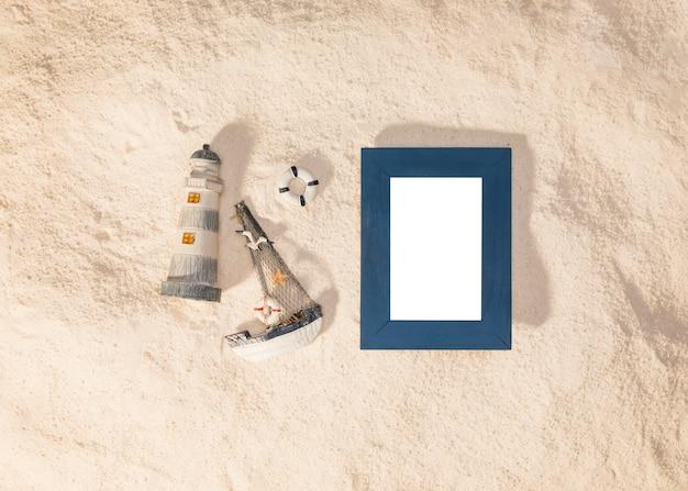 Blauer rahmen und spielzeug am strand Kostenlose Fotos
