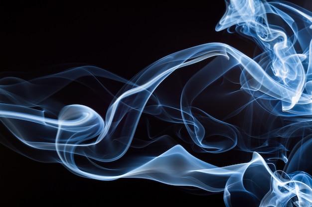 Blauer rauch auf schwarzem hintergrund, abstrakte bewegung, dunkelheitskonzept Premium Fotos