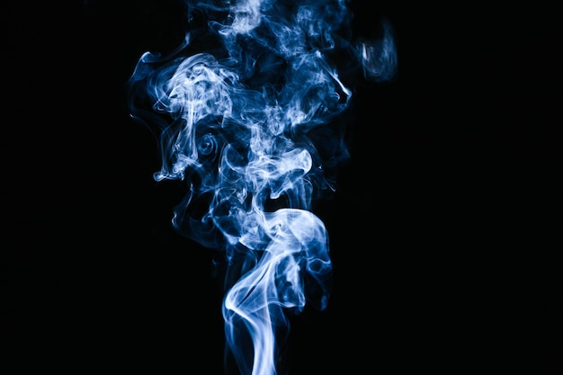 Blauer rauch bewegt auf schwarzen hintergrund wellenartig Premium Fotos