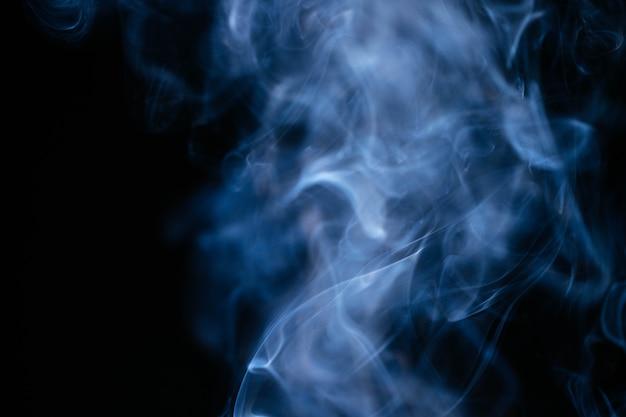 Blauer rauch bewegt auf schwarzen hintergrund wellenartig Kostenlose Fotos