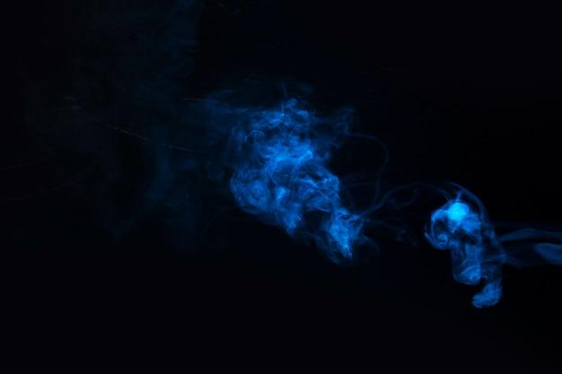 Blauer rauch gegen schwarzen hintergrund Kostenlose Fotos