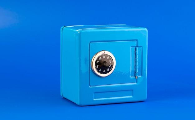 Blauer safe isoliert auf blau Premium Fotos