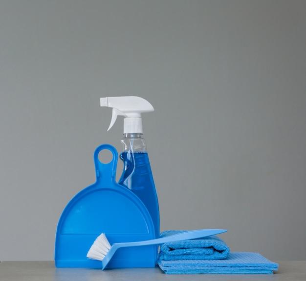 Blauer satz reinigungswerkzeuge und -produkt Premium Fotos