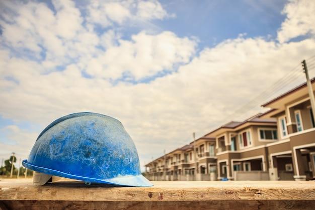 Blauer schutzhelm auf hausbaustelle Premium Fotos