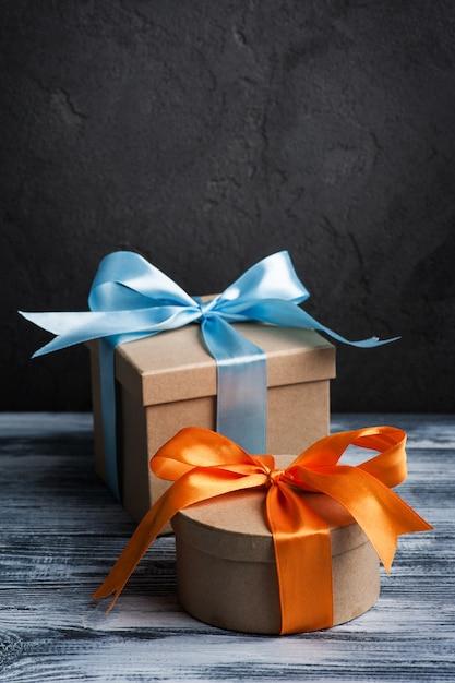 Blauer und orange bogen mit handgemachten präsentkartons Premium Fotos