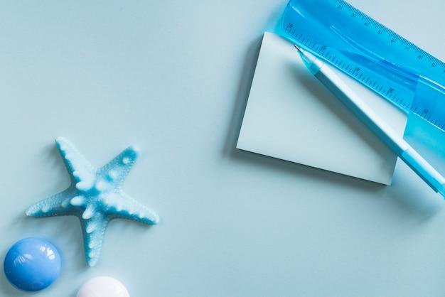 Blaues briefpapier auf schreibtisch Kostenlose Fotos