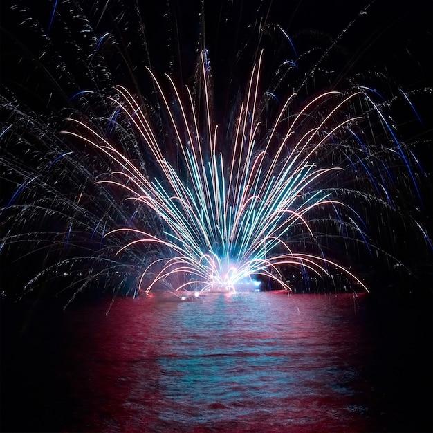 Blaues buntes feuerwerk auf dem schwarzen himmelhintergrund. feiertagsfeier. Premium Fotos