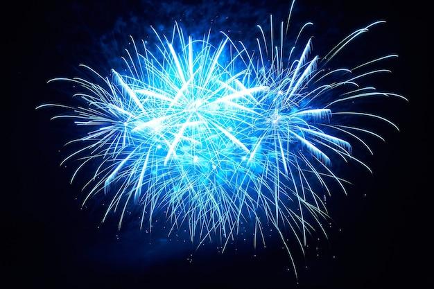 Blaues buntes feuerwerk auf dem schwarzen himmelhintergrund Premium Fotos