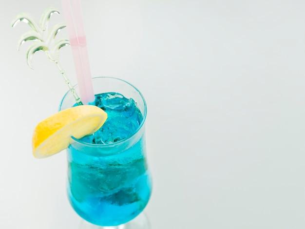 Blaues curaçao-cocktail mit zitrone und eis Kostenlose Fotos